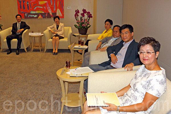 在香港政府的安排下,民主党8月15日与中联办主任张晓明在政府总部会面。(蔡雯文/大纪元)