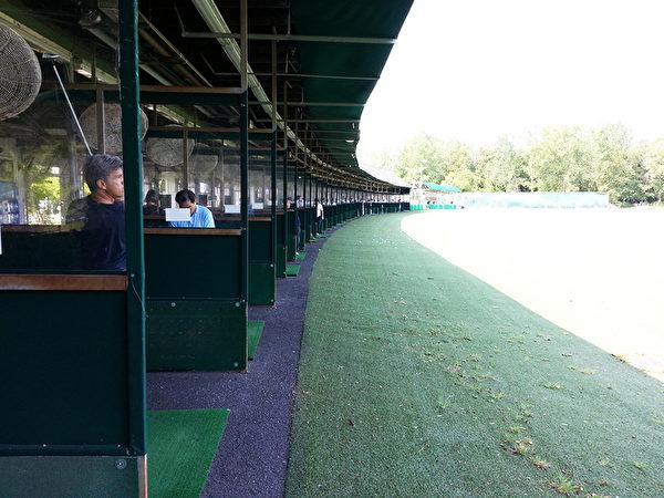 阿里庞德高尔夫球体育中心的73个配有电风扇的练习发球台。(阿里庞德高尔夫球体育中心提供图片)
