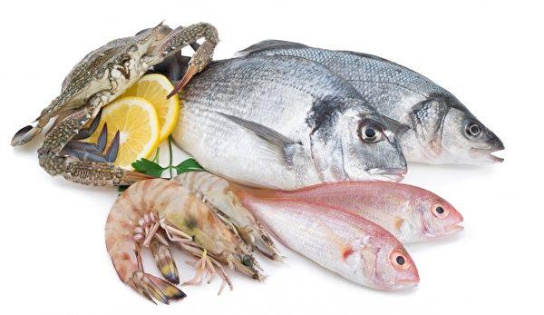 生食與熟食要分開放,避免造成交互汙染,尤其是海鮮類,要和其他食物分開處理,使用不同砧板、刀具、碗筷等。(Fotolia)