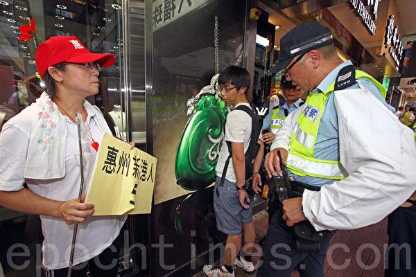 在8月17日香港親共勢力大搞的反「佔中」遊行中,有不滿的市民沖擊遊行隊伍,遭到遊行人士的圍攻,警方更當街用手銬銬起市民將近半個小時。(潘在殊/大紀元)
