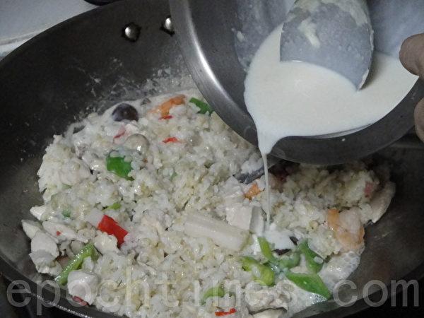 把白酱倒入炒料锅中,把所有料一起拌炒。(摄影:淑萍/大纪元)