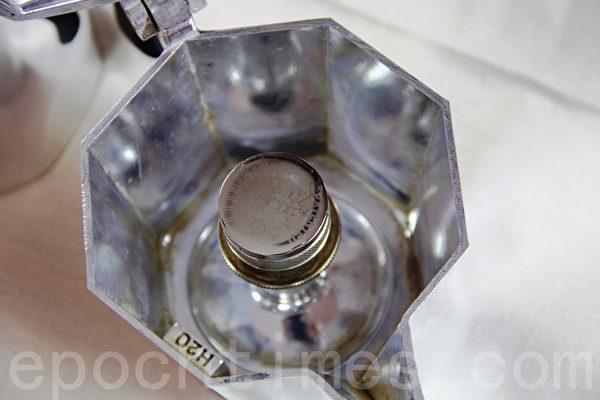 使用方式1,将水倒入上壶至标有H2O的字样(勿超过此处)(ALEX/大纪元)