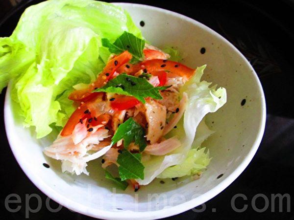 鸡肉丝生菜沙拉--甜红椒和大叶不同切撕作法(摄影:家和/大纪元)