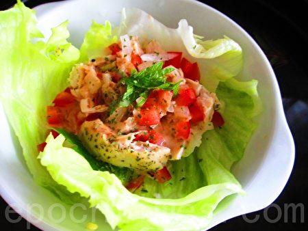 鸡肉丝生菜沙拉(摄影:家和/大纪元)