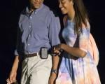 美国总统奥巴马17日中断假期返回华府,研议美在伊拉克的军事行动及佛格森警民冲突等问题。图为奥巴马和大女儿玛丽亚。(Kevin Dietsch-Pool/Getty Images)