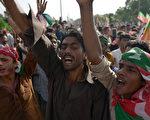 """成千上万名巴基斯坦民众17日响应公民不服从运动,拒绝缴纳水电费、抗税,要求""""腐败""""的总理下台。(AAMIR QURESHI/AFP)"""