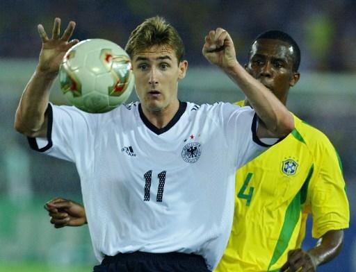克洛泽在国家队13年,137次代表德国出场,打进71球,此图摄于2002年 (PATRICK HERTZOG/AFP)