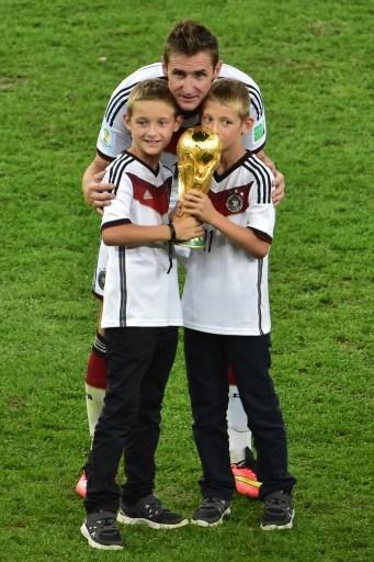 克洛泽带两个双胞胎儿子一起庆祝德国取得世界冠军。(NELSON ALMEIDA/AFP)