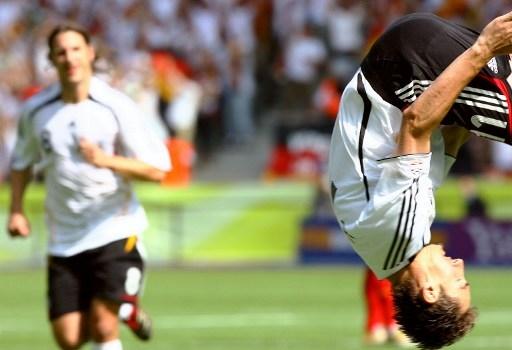 克洛泽的一个招牌动作是,进了漂亮球激动地空翻跟头。此图摄于2006年世界杯比赛中 (VINCENZO PINTO/AFP)