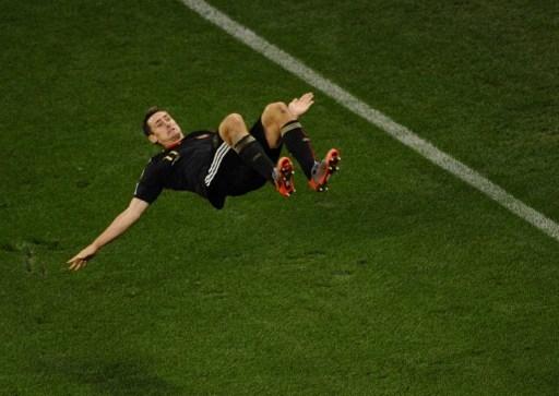 克洛泽的一个招牌动作是,进了漂亮球激动地空翻跟头。此图摄于2010年世界杯比赛中 (PIERRE-PHILIPPE MARCOU/AFP)
