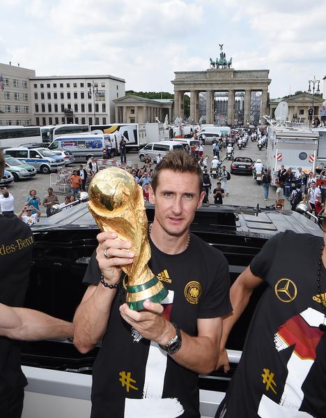 """克洛泽表示:""""拿到世界冠军圆了一个我儿时的梦想,我很骄傲……"""" 图片摄于德国柏林(Markus Gilliar/Getty Images)"""