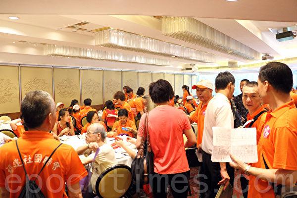 親共團體在8月17日發起反「佔中」遊行,中共動用了所有香港地下組織參與遊行,撕裂香港。(蔡雯文/大紀元)