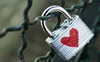 """特区交通局上周四(8月7日)宣布准备移除基桥上的""""爱情锁""""。(大纪元资料图片)"""