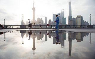 """8月18日习近平主持召开""""深改组""""第四次会议,提及调整国企高管收入。当局目前正在推行""""混合制"""",以期应对地方政府债务危机。图为,上海一景。(JOHANNES EISELE/AFP/Getty Images)"""