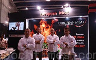 几位欧洲大厨在现场即时烹调,以高质量欧洲肉类泡制美味西餐。(大纪元)