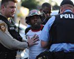 佛格森19日爆发新一波冲突,导致6人受伤,31人被捕。(Michael B. Thomas/AFP/Getty Images)