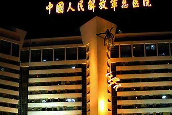 今年8月,江澤民的名字被從301醫院大樓上移除的圖片,在網民中反應熱烈。後來這張圖片被證明它只因裝修被暫時拿下。而江澤民被外媒喻為「半死的蜘蛛」。(大紀元合成圖)