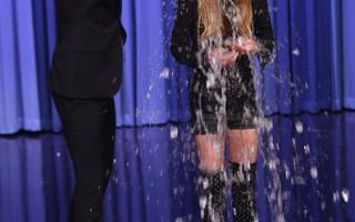 """""""冰桶挑战""""风靡全球。2014年8月20日,女艺人林赛•洛韩做客""""吉米•法伦今夜秀"""",被法伦当头淋下一桶冰水。(Theo Wargo/NBC/Getty Images)"""