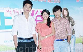 信(左起)、安以轩、贺军翔于8月21日在台北出席《上流俗女》媒体首映会(黄宗茂/大纪元)
