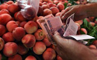陆媒报导,今年下半年居民消费价格指数(CPI)进入上涨区间,增加了通货膨胀的压力,也使中国的货币政策处于松紧两难的窘境。图为,2014年7月9日,北京一水果摊位。(GREG BAKER/AFP/Getty Images)