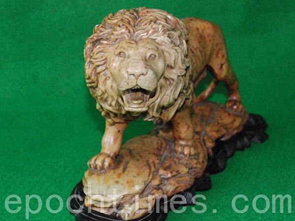 這件「雄獅石雕」出自雕刻大師手筆。獅子神態威嚴,裂口長嘯,長長的尾巴似乎蓄勁待發,令觀者感到精神一震。(當事人提供)