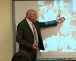 """美国资深中国分析人士葛特曼(Ethan Gutmman)在华盛顿DC 智库美国国家民主基金会(NED)向美国国会工作人员、智库研究员和西方主流媒体精英,展示王立军身穿白大褂在锦州市公安局现场心理研究中心现场进行解剖研究指导的照片。锦州市公安局""""现场心理研究中心""""涉嫌参与活体摘取法轮功学员器官。(方明/大纪元)"""