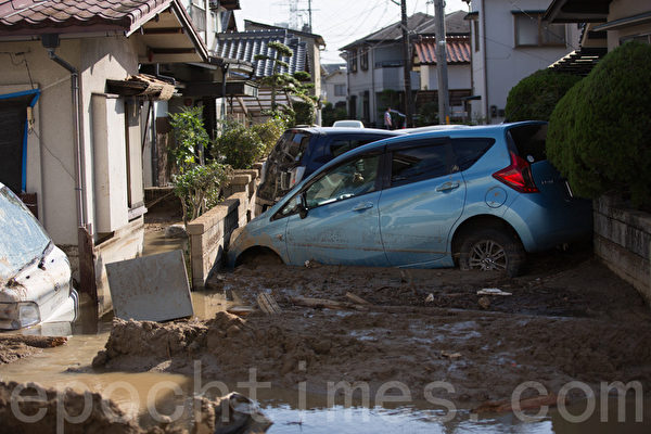 8月20日凌晨,日本廣島降暴雨,導致山崩,住宅區遭泥石流侵襲。大量房屋倒塌,汽車被埋沒。(田震宇/大紀元)