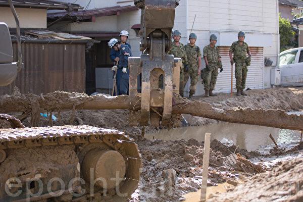 8月20日凌晨,日本廣島降暴雨,導致山崩,住宅區遭泥石流侵襲。自衛隊在進行救援。(田震宇/大紀元)