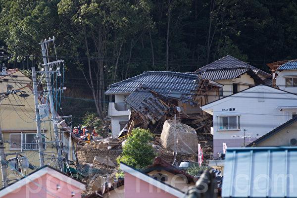 8月20日凌晨,日本廣島降暴雨,導致山崩,住宅區遭泥石流侵襲。大量房屋倒塌,自衛隊和警察靠人力挖掘失踪者。(田震宇/大紀元)