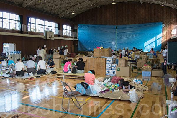 8月20日凌晨,日本廣島降暴雨,導致山崩,住宅區遭泥石流侵襲。災民們被安置在學校的體育館裡,備有大量的救災物資和飲料水。(田震宇/大紀元)