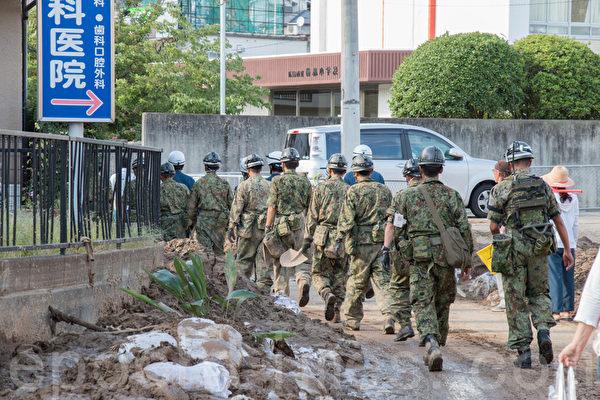 8月20日凌晨,日本廣島降暴雨,導致山崩,住宅區遭泥石流侵襲。當天,日本政府便投入自衛隊,開展救援活動。(田震宇/大紀元)