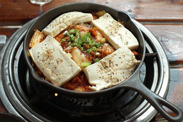 """""""食客""""新菜——猪肉豆腐泡菜。(图:张学慧/大纪元)"""