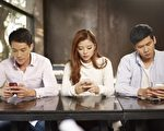 白内障也年轻化,原来是手机滑不停。(Fotolia)