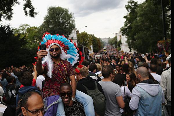 """8月24日,在伦敦西区展开,诺丁山地区洋溢着欢乐气氛。图为""""诺丁山狂欢节""""吸引上百万来自世界各地的游客。(Dan Kitwood/Getty Images)"""