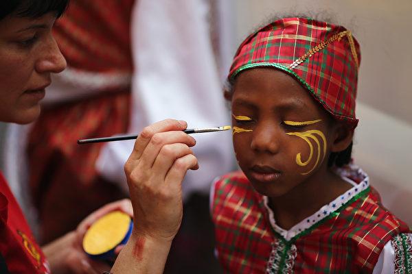 """8月24日,""""诺丁山狂欢节""""在伦敦西区展开,诺丁山地区洋溢着欢乐气氛。图为游行前的准备。(Dan Kitwood/Getty Images)"""