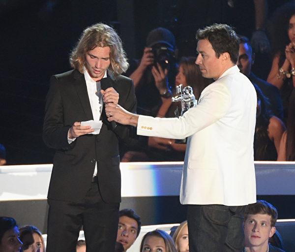 无家可归的年轻人杰西代表麦莉·赛勒斯领取年度最佳录影带奖。(Michael Buckner/Getty Images)
