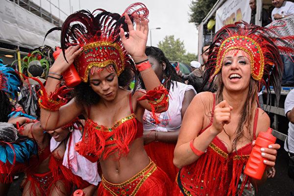 """2014年8月25日,""""诺丁山狂欢节""""期间,伦敦西区诺丁山地区洋溢着欢乐气氛。(Leon Neal/Getty Images)"""
