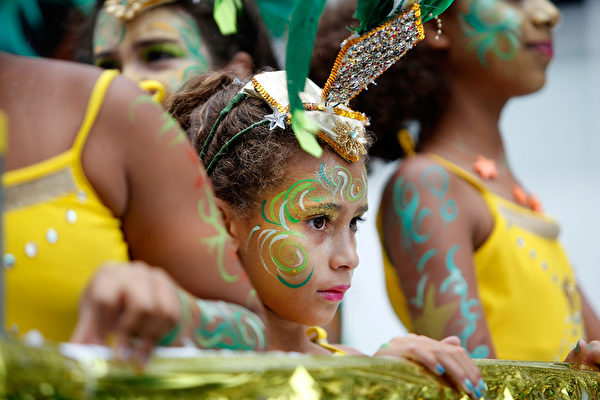 """2014年8月25日,""""诺丁山狂欢节""""期间,伦敦西区诺丁山地区洋溢着欢乐气氛。(Mary Turner/Getty Images)"""