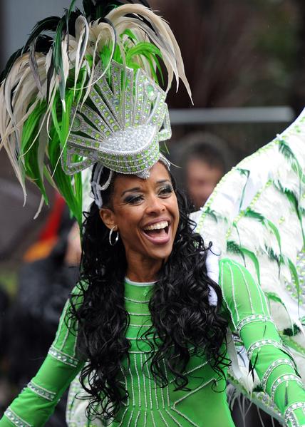 """2014年8月25日,""""诺丁山狂欢节""""期间,伦敦西区诺丁山地区洋溢着欢乐气氛。(Stuart C. Wilson/Getty Images)"""