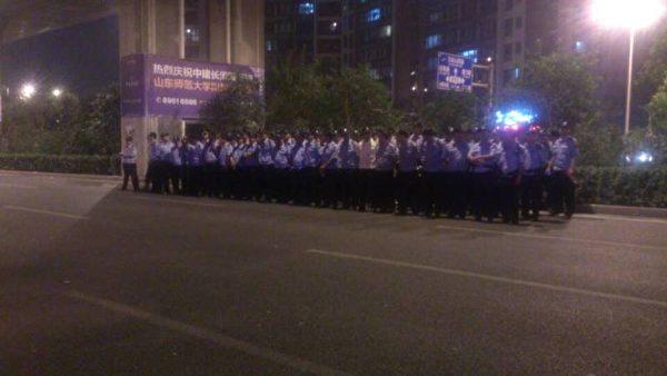 當局出動400警力現場戒備。(知情人士提供)