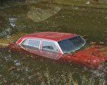 根据实验结果显示,车内淹水,只要水位没有高过车辆一半高度,车门虽能开启,但已非常吃力。(fotolia)