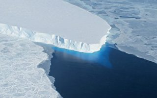 英国科学家在南极洲西部的菲尔希纳-龙尼冰棚发现一个250公尺高的巨型隧道,几乎可以容纳巴黎艾菲尔铁塔。图为南极洲西部一处冰层。(Photo by HANDOUT / NASA / AFP)