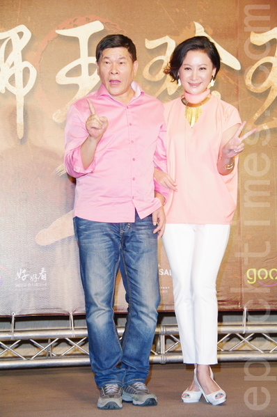 澎恰恰(左)、陈亚兰于8月26日在台北出席《铁狮玉玲珑2》开拍记者会。陈亚兰饰演澎嫂。(黄宗茂/大纪元)