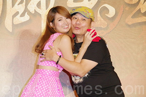 阿喜(左)、许效舜于8月26日在台北出席《铁狮玉玲珑2》开拍记者会。阿喜饰演舜嫂。(黄宗茂/大纪元)