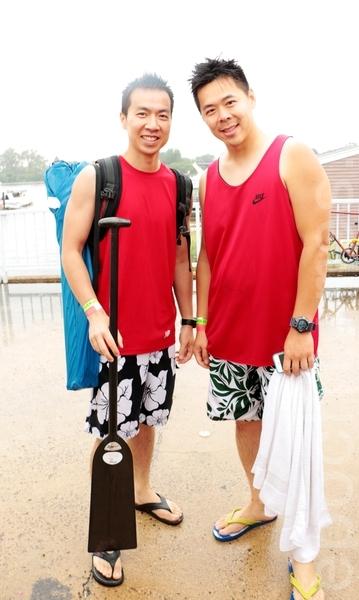 参赛选手香港移民戈登.何(Gordon Hall)(左)和队友。(苏子清/大纪元)