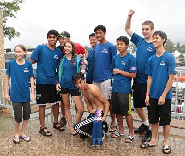 活动组织者杰弗瑞.库恩和一组少年选手合影。(苏子清/大纪元)