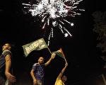 以色列和巴勒斯坦長期停火協議26日生效,數千民眾湧上加薩市街頭燃放煙。(火AHMAD GHARABLI/AFP)