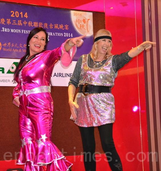 昆省議員歐菲亞(右)在台上獻出勁歌熱舞處女秀。(泰瑞/大紀元)