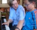Claudia Henninger的学生来自法兰克福和周边地区,几乎所有学生每年都在不同的钢琴比赛中获奖。图为Henninger正在辅导一名学生 (文婧/大纪元)