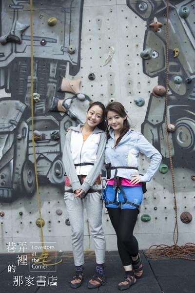 谢欣颖(左)和王乐妍挑战攀3层楼高的岩壁,谢欣颖玩上瘾,王乐妍想到仍觉得怕怕。(华视提供)